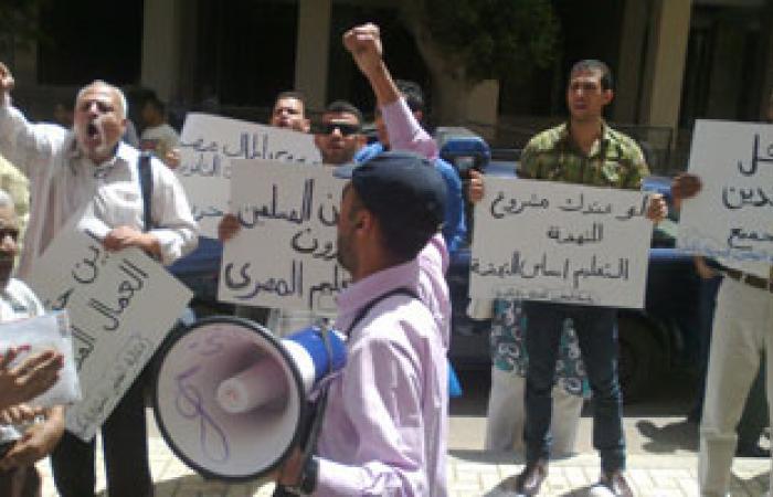 """معلمو الإسكندرية المعتصمون أمام المجلس المحلى ينادون برحيل """"مرسى"""""""