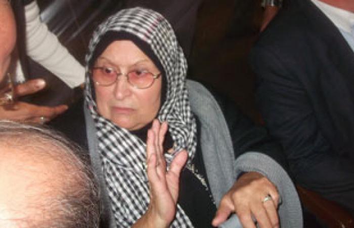 """وصول أم """"خالد سعيد"""" وشقيقته زهرة إلى مقابر المنارة بشارع أبو قير"""