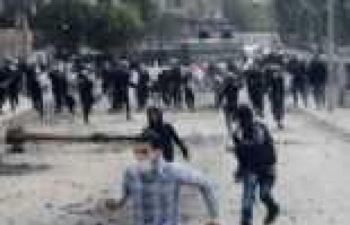 """انتقال الاشتباكات بين متظاهرين والأمن إلى محيط """"عمر مكرم"""""""