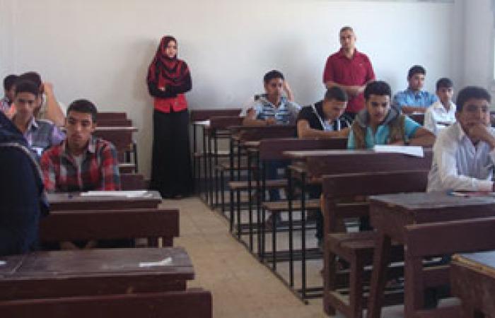 مراقبو لجان مدرسة أحمد بهجت يملون على الطلاب تعليمات الوزارة لمنع الغش