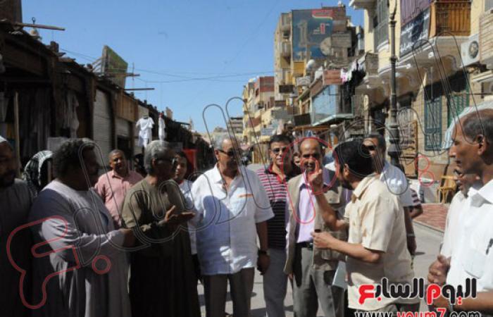 بالصور.. محافظ أسوان يتفقد السوق السياحى بعد حريق البازارات