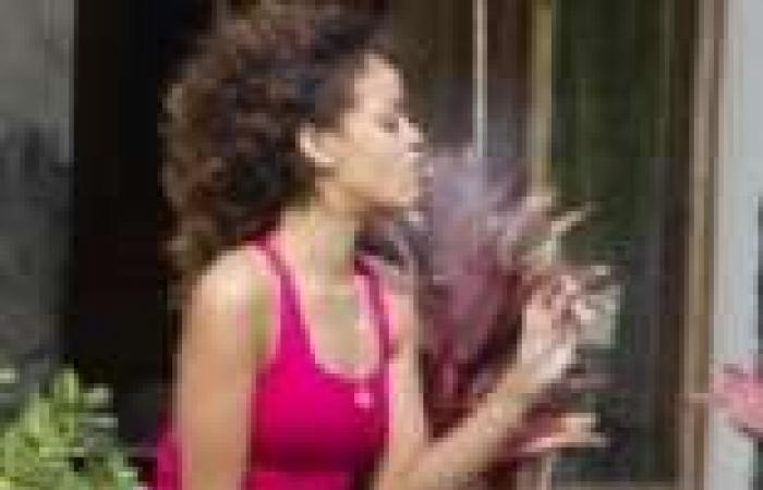 صورة لريهانا تدخن سيجارتي حشيش تثير استياء محبيها