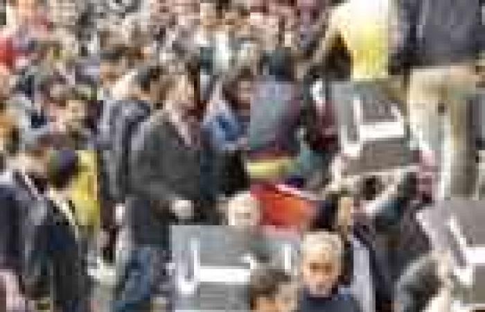 """علم مصر يرفرف على """"الترام الصفراء"""" بالإسكندرية.. والأهالي يمزقون صور """"مرسي"""""""