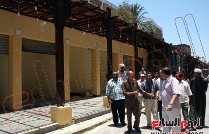 تسليم 8 بازارات ومحلات بعد إعادة بنائها بأسوان