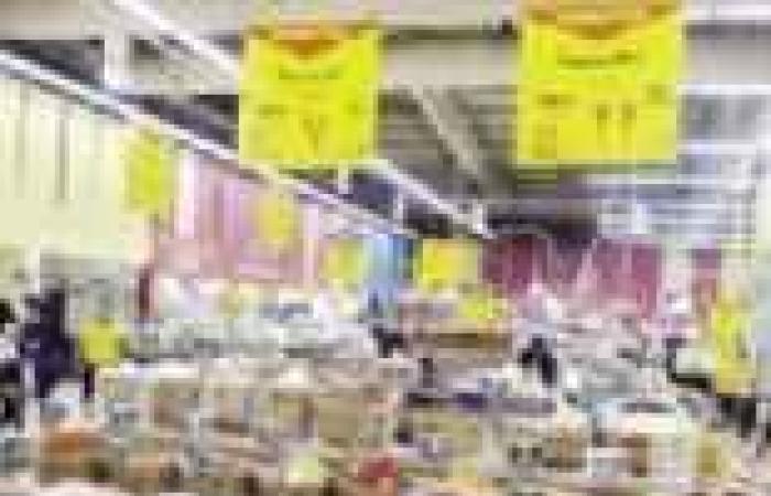 """رغم """"مليونية الشهيد"""".. زحام شديد بمحلات البقالة في المنيا لشراء أطعمة السحور"""