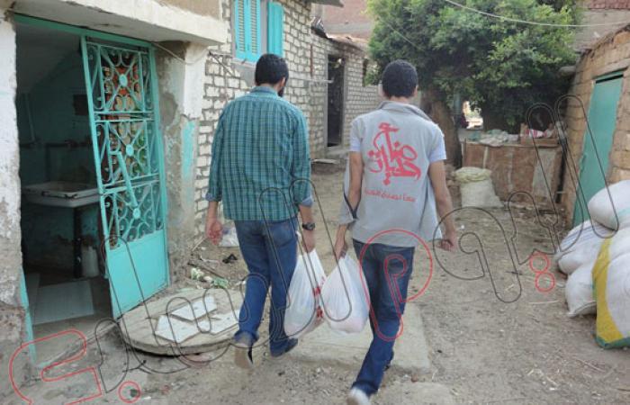 """بالصور.. """"صناع الحياة"""" توزع 200 كارتونة رمضانية على فقراء السويس"""