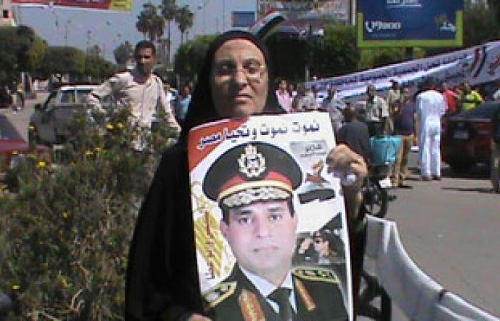 فلاحو كفر الشيخ يحملون صور عبد الناصر والسيسى بميدان النصر
