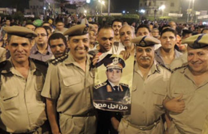 """متظاهرو """"كفر الشيخ"""" يستقبلون مدير الأمن وقيادات المديرية بهتافات التأييد"""