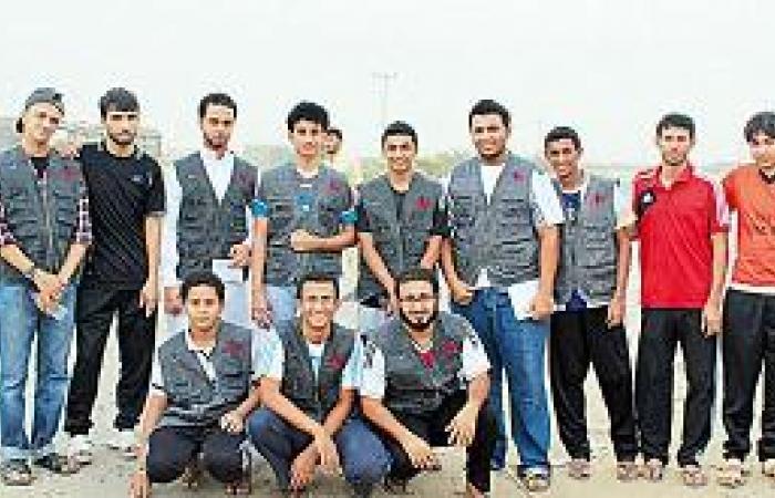 15 متطوعا يتبنون «هم بانتظارك» عند الإشارات