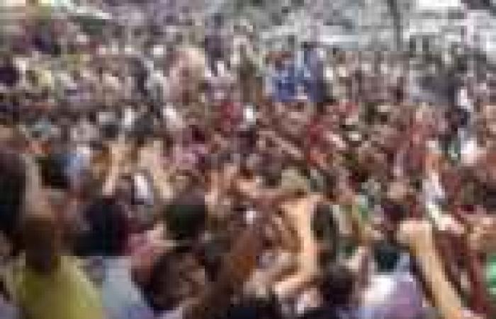 """""""وايت نايتس"""" تتظاهر بالشماريخ أمام محكمة الإسكندرية وتقطع طريق الكورنيش"""