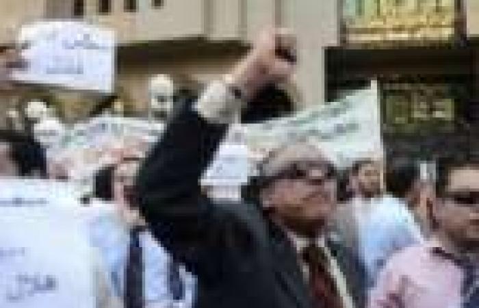 بالصور | موظفو «بنك مصر» يتظاهرون أمام «المركزى» احتجاجاً على الهيكل الوظيفى