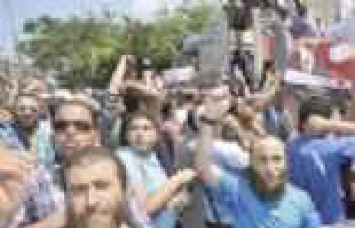 """أنصار """"مرسي"""" يحاصرون عقارا في """"فيكتور عمانويل"""" ويزعمون أنه تابع لأمن الدولة المنحل"""