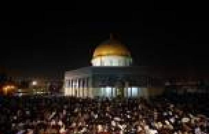 بالصور.. نصف مليون فلسطيني يحيون ليلة القدر في المسجد الأقصى