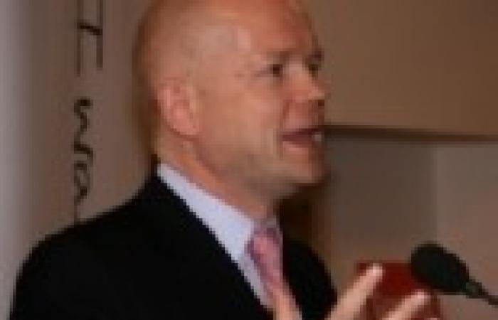 وليام هيج: بريطانيا تعتقد أن نظام الأسد شن هجوما كيميائيا في دمشق