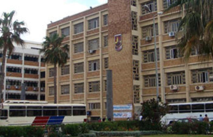 طلاب الإسكندرية يجبرون سيارة شرطة على المغادرة بعد اقتحامها  الحرم الجامعى