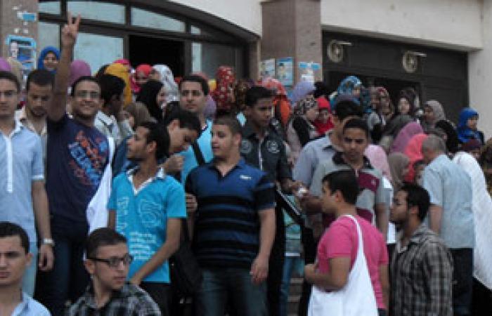 """اعتصام عمال شركة """"بهنا"""" للخدمات داخل مصنع حديد عز بخليج السويس"""