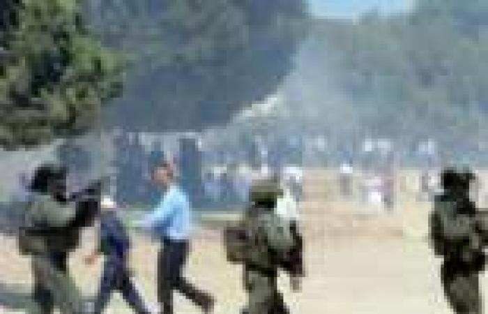 بالصور | إصابة عشرات المصلين بالاختناق في اقتحام شرطة الاحتلال لباحات للأقصى