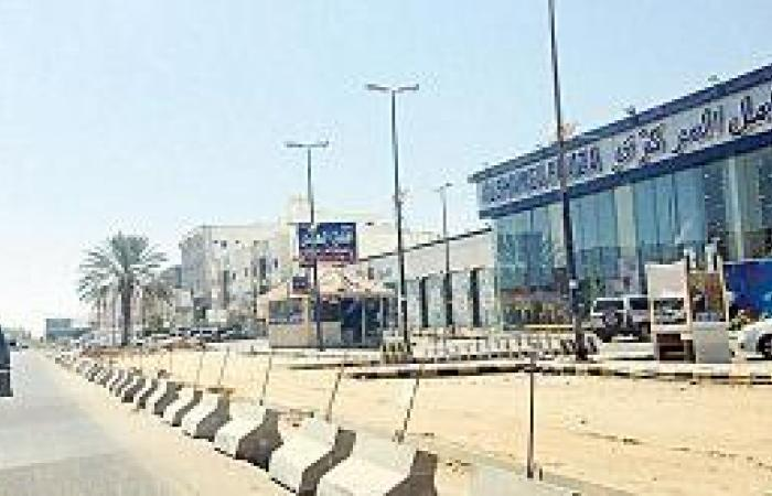 مشروع الأرصفة يصيب محلات طريق المطار في تبوك بالشلل