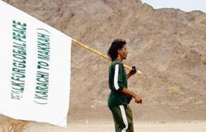 الرحالة الباكستاني يصل أطراف المنطقة سيراً على الأقدام