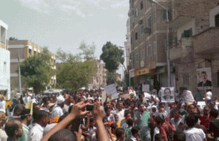 مسجد بالطريق الدولى يفصل بين مسيرتين الأولى للإخوان والثانية ضدهم