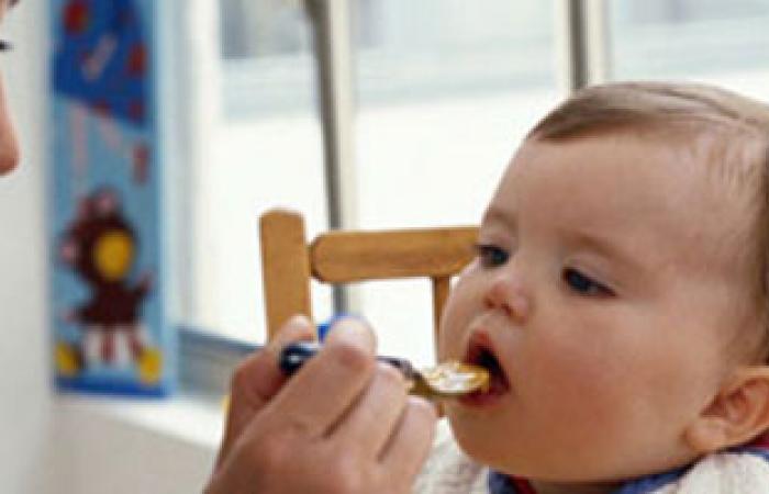 أخصائى أطفال: تناول الطفل الطعام مع والديه يزيد من شهيته