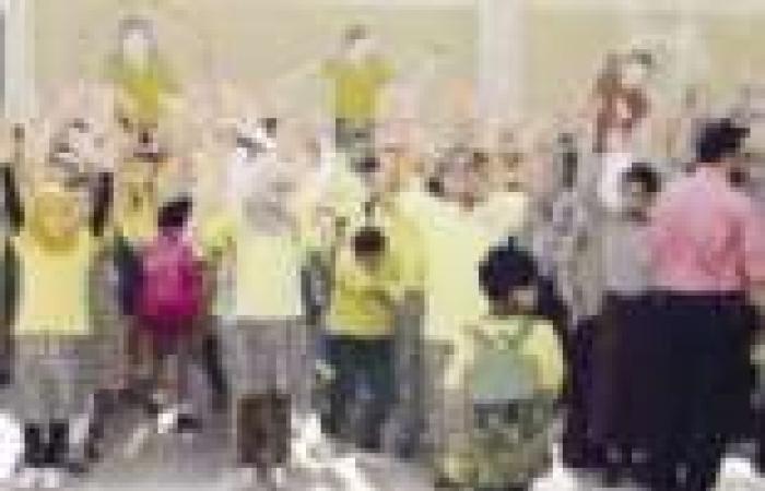 """""""التعليم"""": انتظام الدراسة فى 12 مديرية.. وطلبة يرفعون شعار """"رابعة"""" في أفنية المدارس"""