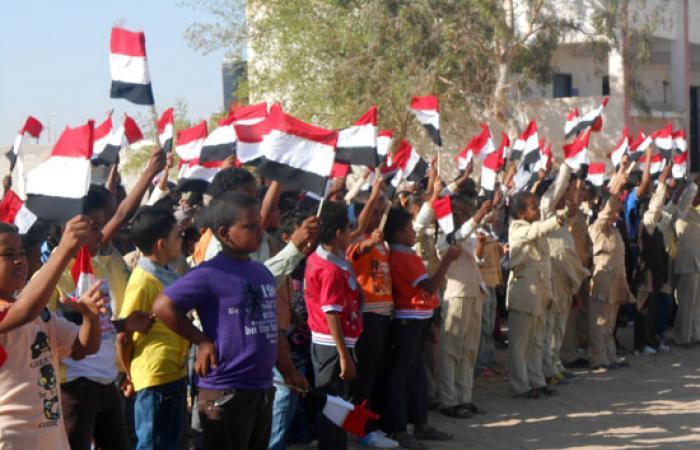 طلاب الشلاتين الابتدائية يرفعون الأعلام فى طابور الصباح