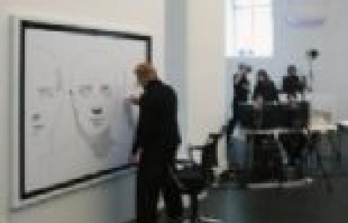 بالصور  رسام نمساوي يستخدم جهازي روبوت لرسم لوحة في 3 مدن في وقت واحد