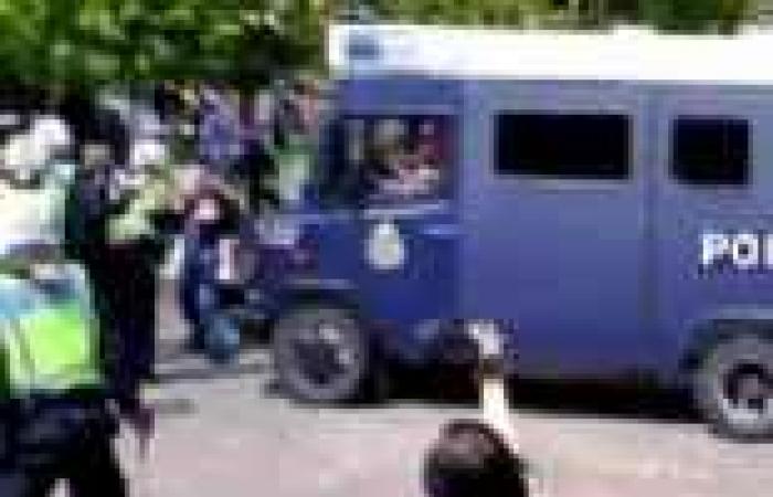 الشرطة السويدية تفصل بين جماهير فريقين متنافسين باستخدام درج كهربائي يتحرك بسرعة الصاروخ