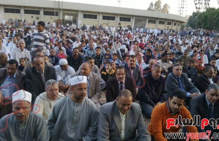 محافظ سوهاج وقيادات الأمن بالمحافظة يؤدون صلاة العيد فى الاستاد