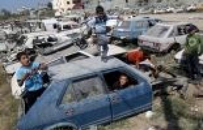 بالصور  أطفال غزة يحتفلون بعيد الأضحى عن طريق اللهو بين حطام السيارات