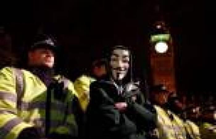 بالصور.. احتجاجات في لندن بالقرب من القصر الملكي ضد «التقشف والفساد»