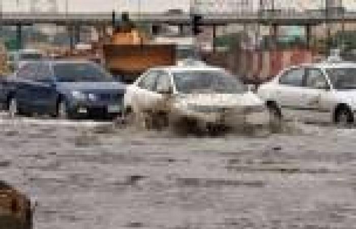 بالصور .. أمطار غزيرة تضرب السعودية وتتسبب في  توقف حركة السير
