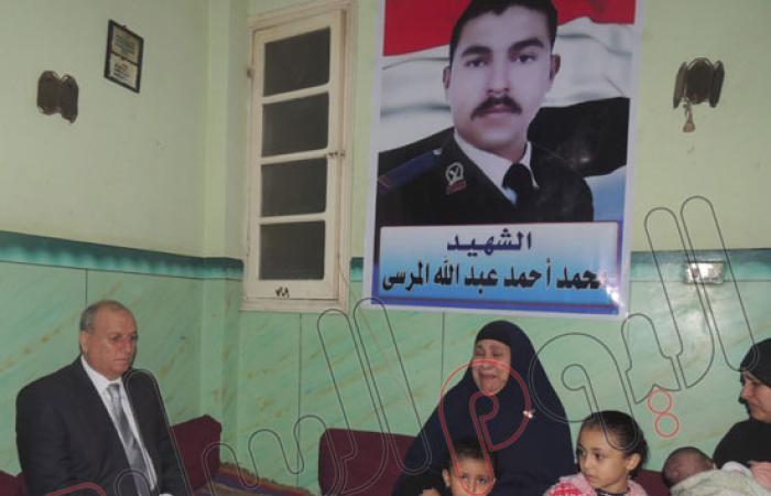 مدير أمن الدقهلية يزور أسرة أمين شرطة استشهد بكمين بورسعيد