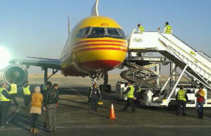 وزير الطيران المدنى يستقبل طائرة مساعدات لمصر قادمة من البحرين