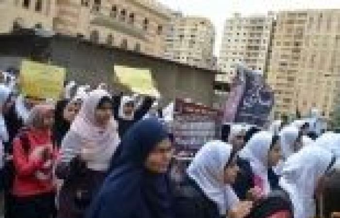 """وقفة لفتيات """"7 الصبح"""" بالسويس ضد اعتبار """"الإخوان"""" جماعة إرهابية"""
