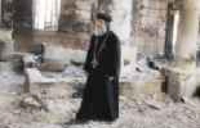 """أسقف المنيا: الصلوات مستمرة حتى منتصف الليل.. والأمن يقوم بـ""""دور بطولي"""""""