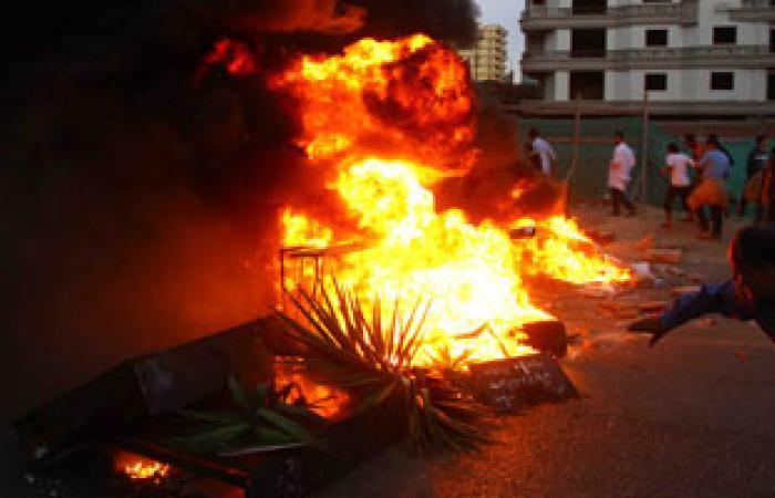الأهالى يشعلون النيران بمنزل فى اشتباكات بين عائلتين بالبحيرة