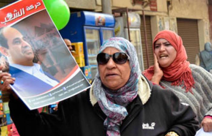 أهالى الهرم يرفعون صور السيسى للأمن أثناء تمشيطهم المنطقة من الإخوان