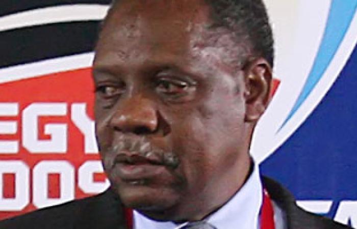 رئيس الاتحاد الإفريقى لكرة القدم يغادر إلى فرنسا