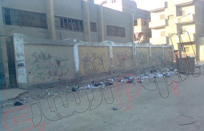 بالصور.. القمامة تحاصر مدارس الصف والأهالى يتخوفون من تفشى الأنفلونزا