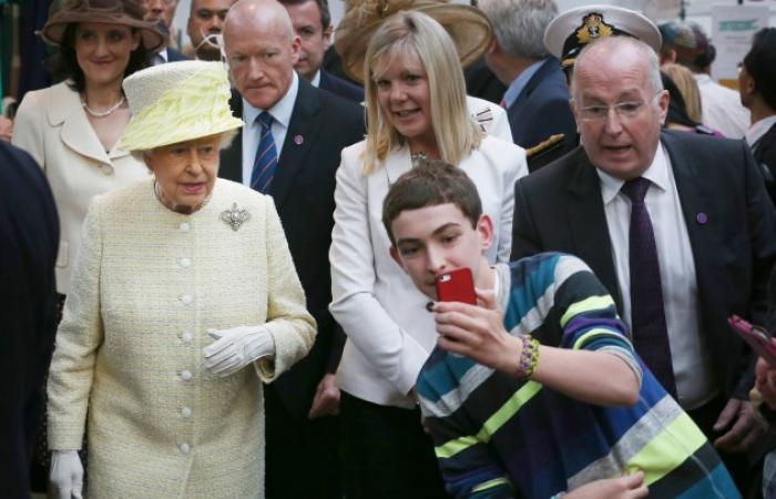 بالصور والفيديو: طفل يلتقط «سيلفي» مع الملكة «إليزابيث»