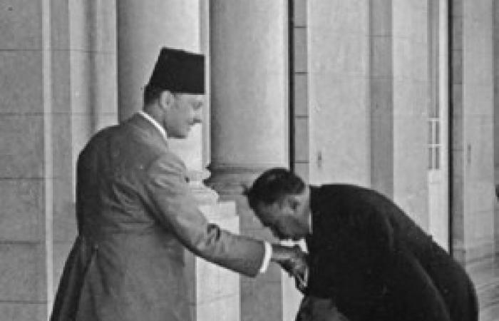 صورة نادرة للرئيس وزراء إيران وهو يقبل يد الملك فاروق