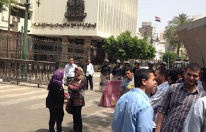 أوائل الخريجين يقطعون الطريق أمام البوابة الخلفية لمجلس الوزراء