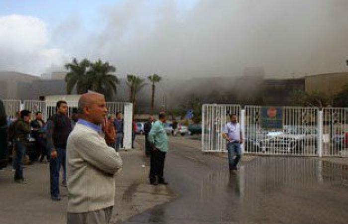 أحد العاملين بأرض المعارض: الحريق نشب الساعة 12 بمكتب الجاليرى فى قاعة المؤتمرات