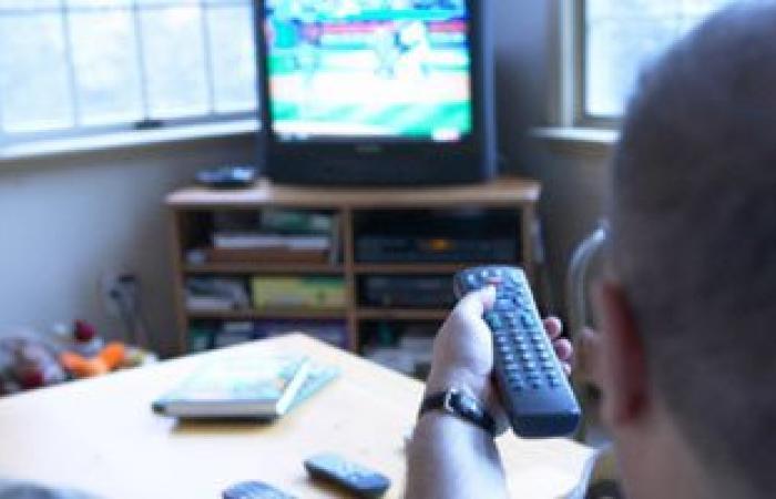 مفاجأة.. استخدام الهواتف أثناء مشاهدة التليفزيون يضر بالمخ أكثر من الحشيش