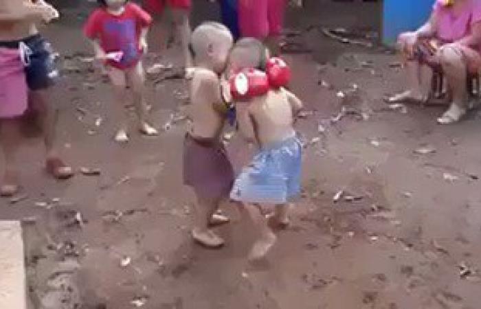 """بالفيديو.. توأمان يلعبان """"مباراة ملاكمة"""" تشعل """"فيس بوك"""""""
