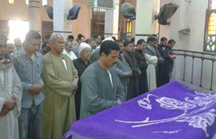 """تشييع جنازة """"زاهية"""" ضحية الإرهاب بالفيوم.. والأهالى يهتفون ضد الإخوان"""