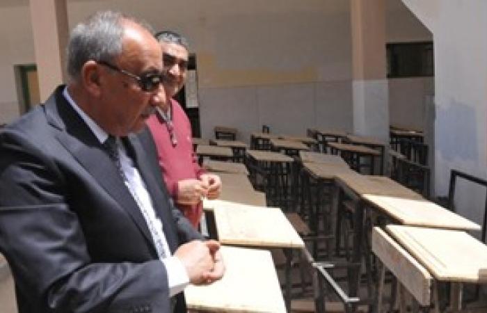 محافظ أسوان يتفقد مشروع إعادة تصنيع المقاعد المدرسية