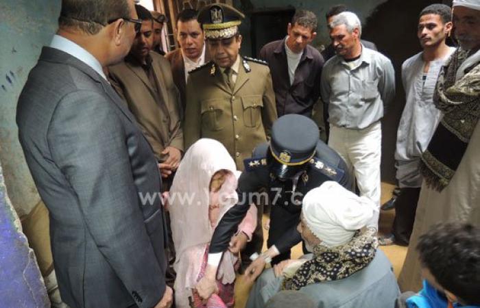 """بالصور.. مدير أمن الفيوم يزور منزل """"زاهية"""" ضحية الإرهاب وصرف مساعدة لأسرتها"""